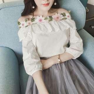 🚚 春夏新款女裝甜美氣質花朵一字領露肩上衣女七分袖顯瘦花邊白襯衫【E1033】
