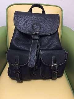 黑色皮背包 backpack