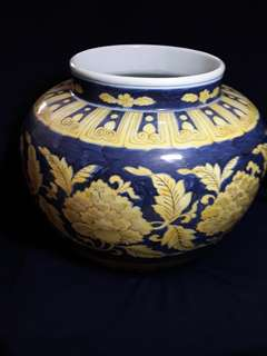 大明宣德年款青黄牡丹缠枝彩大罐。28cm 高 22cm top dismeter. 到代珍品。