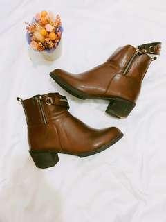 🚚 質感造型拉鍊咖啡短靴