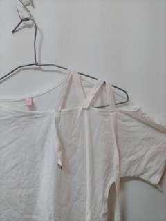 🚚 露肩白色T(衣物任選三件200)