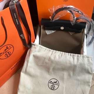 法國巴黎新鮮抵步全新大象灰Herbag 31cm Full Set 連塵袋,有盒,絲帶及紙袋。港幣$21800. 不連盒減$500. Hermes herbag etoupe 31