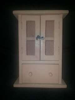 Replika almari kayu