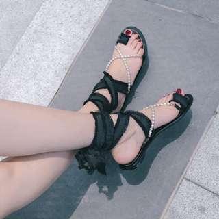 🚚 【黑店】個性甜美珍珠夾腳毛邊綁帶羅馬鞋 平底綁帶羅馬鞋 珍珠綁帶羅馬鞋 暗黑系羅馬鞋 個性穿搭