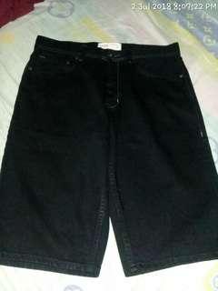 Jeans pendek hitam cole size 32