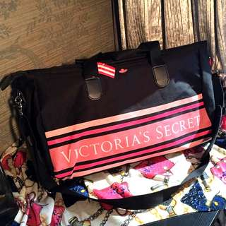 🚚 Victoria's Secret (VS) pink duffel/gym bag