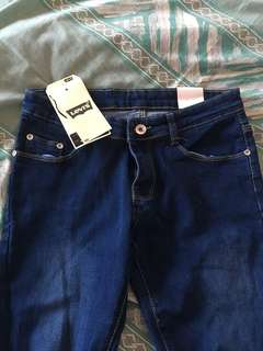 AUTHENTIC LEVI RIPPED JEANS