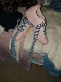 Shinny dusty pink sneakers with gingham laces