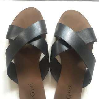 Black crisscross sandals/slip-on