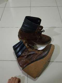 Sepatu kulit boot