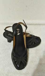 🚚 九成九新~ 專櫃品牌台灣製 K&A 黑色 真皮中跟露趾涼鞋 ~ 23號~ 鞋跟6公分