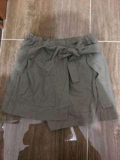 軍綠色裙褲