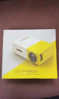 🚚 HD LED Projector
