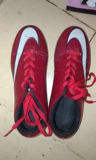 Sepatu futsal merah