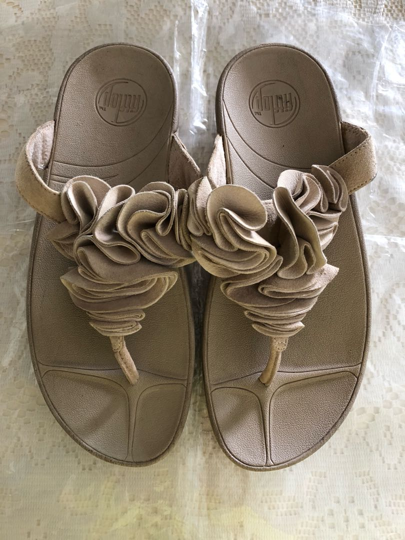 8fae9222e898 Fitflop Natural Frou - Beige Suede Flower Thong Sandal