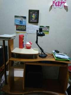 Meja belajar dan komputer