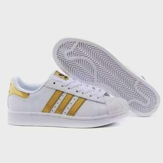 🚚 😎#男休閒輕跑鞋😎$590 😎#復古風鞋型,走在永不腿潮流的風格😎#顏色 :白面黃條紋😎#男尺碼 :44😎