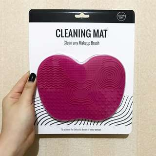 Brush makeup cleansing mat