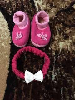 Sepatu dan bando bayi
