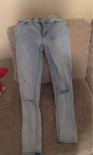Blue washed jeans with small knee slit