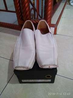 Sepatu putih branded