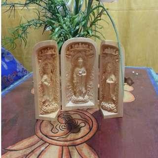 🚚 Amitabha Buddha with His two attendant bodhisattvas–Avalokitesvara on the right and Mahasthamaprapta on the left.