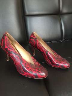 noche red shoes