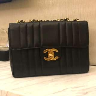 Vintage Chanel黑色魚子醬直紋大金扣Jumbo flap bag