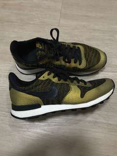 Nike Internationalist (Black and Gold)