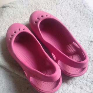 Sepatu sandal Crocs