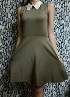 Dress with collar