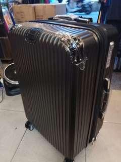 24吋黑色硬殼行李箱,可以加大