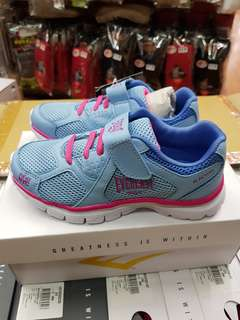 🚚 免 運 中 …… 免 運 中 …… 特 價 中-……  EVERL AST新推出(一款)兒童跑鞋  材質:面:聚酯纖維(PU), 大底:  EVA 輕量,透氣,柔軟,  訂價: 9  8   0 元 特價: 7 0 0 元 尺寸 13C ~  4  號 型號:4824255281 (水藍)  特 價 中 ~ 喔 免 運 中 ﹏