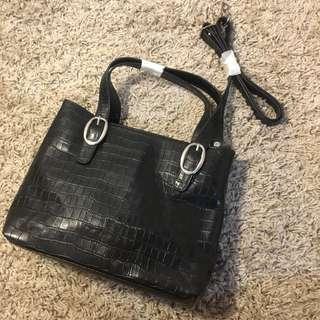 🚚 黑色真皮鱷魚壓紋側背提包