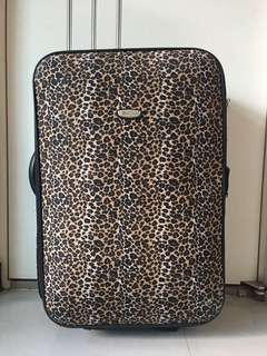 豹紋行李箱