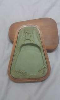 六十年代山水纹绿端硯。石長140mm.