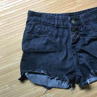 排釦前短後長牛仔黑高腰短褲