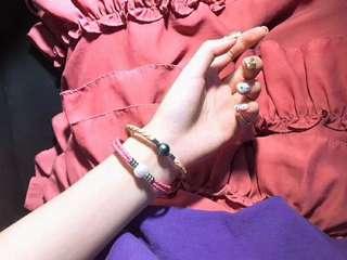來一款夏日色彩的手鐲🤗 三款三色,粉色少女味,紫色今年流行色,咖色百搭➕10-11mm大溪地微瑕黑珍珠&愛迪生微瑕白透粉珠。 總長17cm,尾部三檔調節位。 💃🏻🔊🉐xxx,你喜歡那個顏色啊!😊