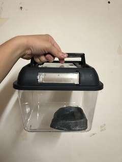 🚚 正方形寵物箱 爬蟲 角蛙 守宮 蜥蜴 烏龜 頂部20X20 底部16X16 為正方形飼養箱,一個250,兩個優惠450,再送一個水盆喔(大小約11X10X2),要買要快,便宜出清
