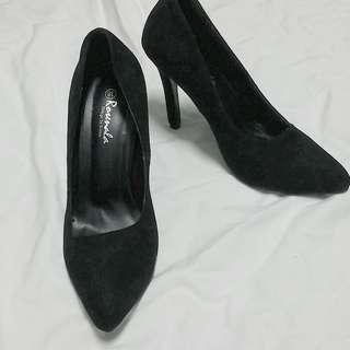 🚚 絨面尖頭黑色高跟鞋