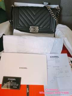 💙Boy Chanel一袋難求..你懂得~巴黎購入 💙Boy Chanel 深藍色魚子醬 荔枝牛皮25cm 💙全齊有單 full set 新卡號26字頭 💙超美..型爆款 ..真的咩場合到可以 💙喜歡鍾意就下手吧 因為都係得一個。有網店。信心保證
