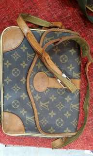 Lv bag cross body not waranty if autentic