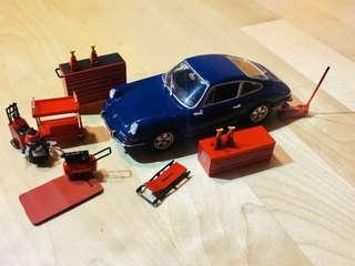 TSM 1/43 garage set snap on and  1/43 Porsche 911 Maxichamps diaroma