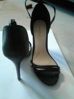 Multi strap heel Sandal. Black.