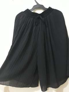 Black pleated cullotes