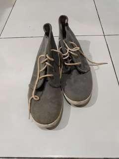 Preloved - Sepatu Keds grey merk  (Sneakers)
