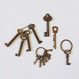 1 Lot of Assorted Vintage Keys (14 Pieces)