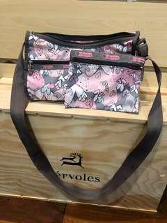 🚚 [全新]關島 Lesportsac 隨身側背包 附隨手化妝包一個
