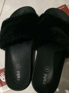 Sandal bulu rubi