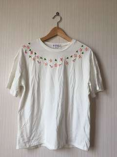 WHITE FLOWER EMBROIDERY TEE